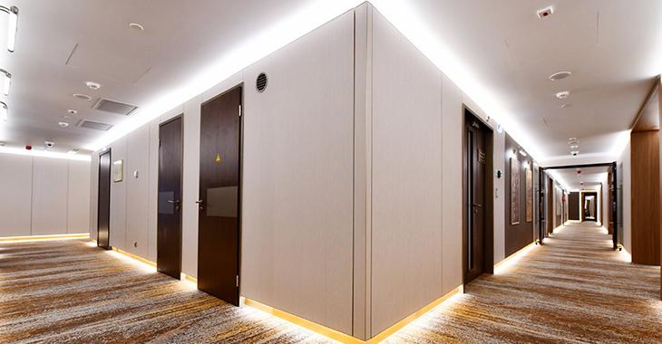 Управление освещением в коридорах отеля